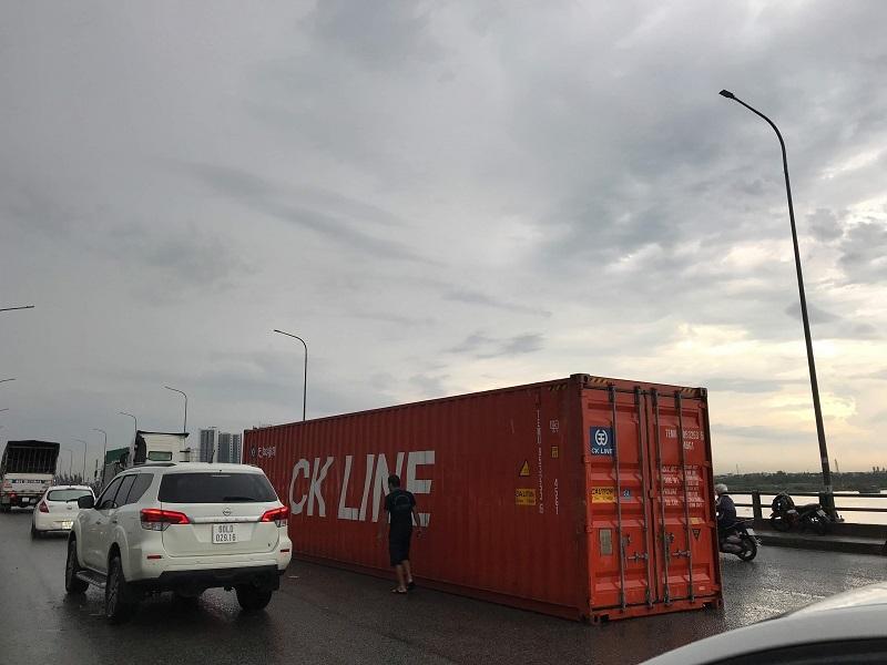 Thùng container liên tiếp rơi xuống đường khó xử tài xế, Bộ GTVT yêu cầu khẩn