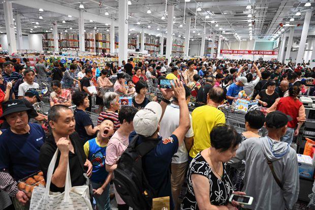 Dân Trung Quốc tranh cướp nhau để được mua hàng Mỹ