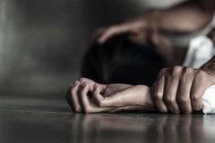 Bị bạn cùng tuổi hiếp dâm, bé gái 14 tuổi cố lết về nhà