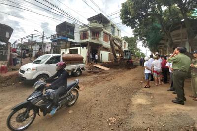Trung tá công an ở Đắk Lắk bị xe ủi cán tử vong trước cửa nhà