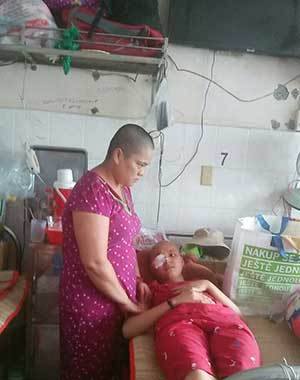 Mẹ cạo trọc để con gái bớt mặc cảm vì ung thư rụng hết tóc