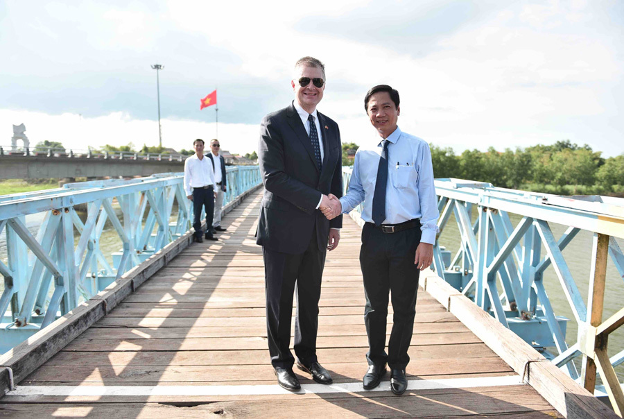 Đại sứ Mỹ thăm cầu Hiền Lương