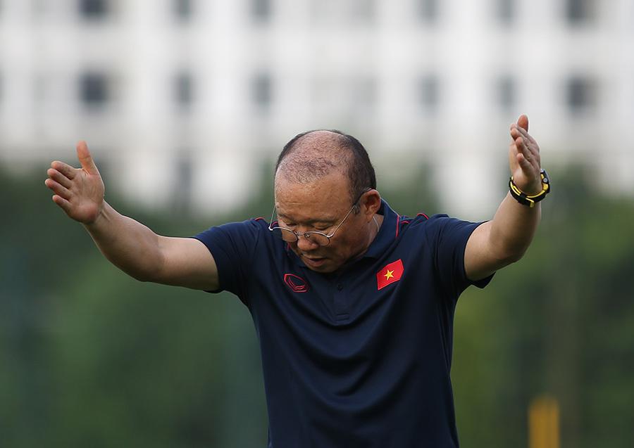 Thầy Park tá hoả với Trọng Hoàng, ôm Hồng Duy khen tóc mới