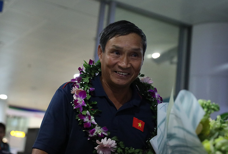 Tuyển nữ Việt Nam về nước trong vòng vây của người hâm mộ