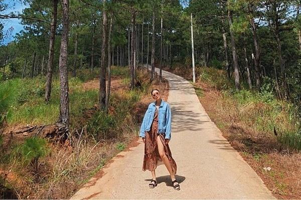 Mặc trời nắng, Tăng Thanh Hà khoe chân dài với đầm xẻ cao