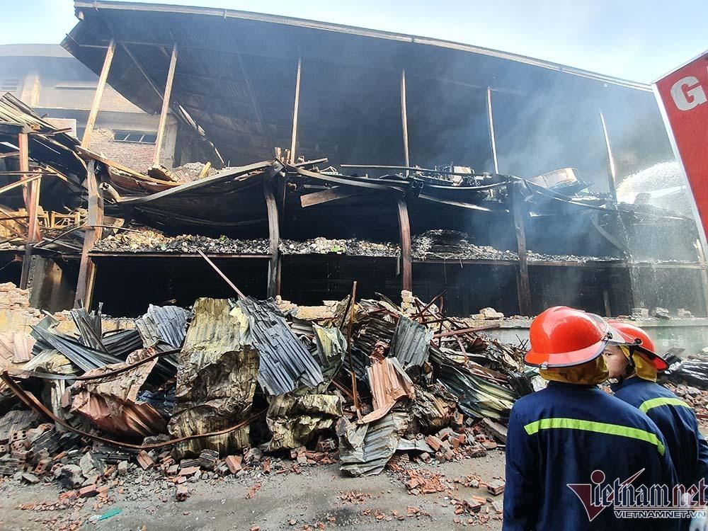 Cảnh sát hình sự điều tra nguyên nhân vụ cháy nhà máy bóng đèn Rạng Đông