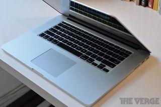 Nhiều hãng hàng không cấm tiệt MacBook Pro