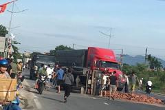 Xe tải chở gạch lật đè xe máy, vợ chết, chồng bị thương nặng