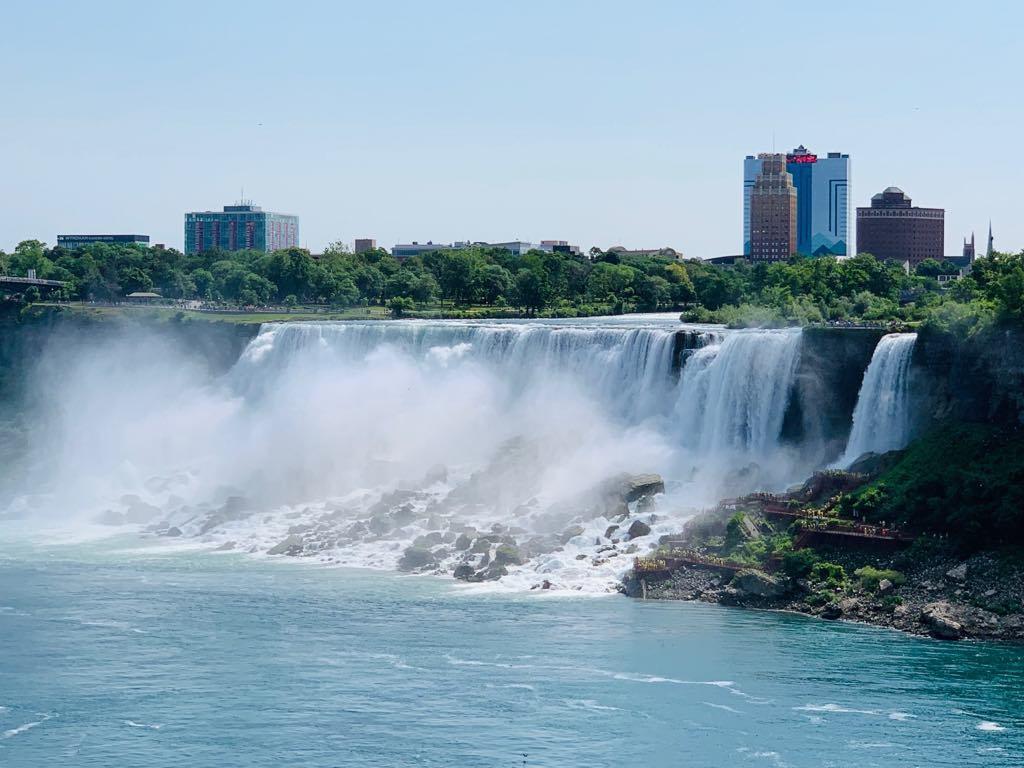 Theo chân du khách Việt thăm thác nước hùng vĩ nhất thế giới