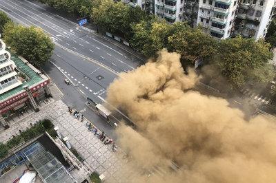 Clip con đường bất ngờ sập xuống, khói bụi mù mịt như bom