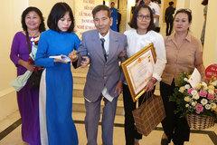 Gia đình dìu từng bước để nghệ sĩ Trần Hạnh lên nhận danh hiệu NSND