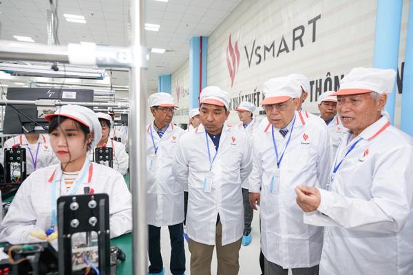 Chủ tịch Quốc hội vùng Yangon (Myanmar) ấn tượng với dây chuyền sản xuất điện thoại VinSmart