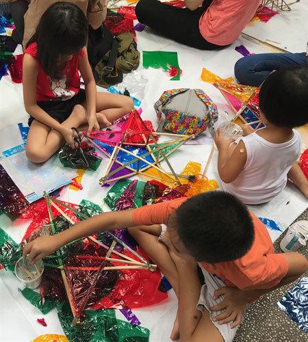 Making traditional lanterns to gift