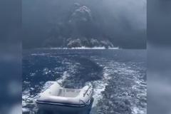 Xem thuyền buồm chạy đua kịch tính với núi lửa phun trào