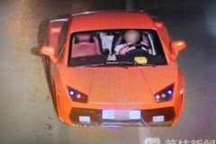 Lái Lamborghini nhái giá chỉ 48,6 triệu, nữ tài xế bị bắt