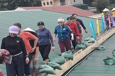Cô giáo mầm non đội mưa, leo nóc trường gia cố lớp học trước bão