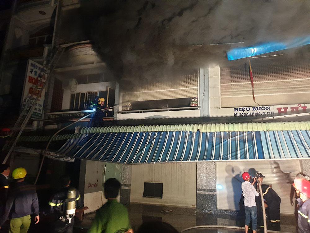 Cháy dãy nhà ở chợ Cà Mau, nhiều người nhảy từ tầng cao bị thương