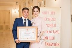 Vợ cũ gửi hoa, bạn gái nghẹn ngào khi Công Lý được trao tặng NSND