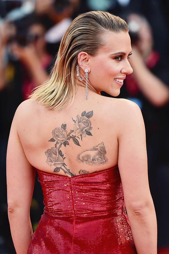 Scarlett Johansson diện váy cúp ngực xẻ cao nổi bần bật trên thảm đỏ Venice