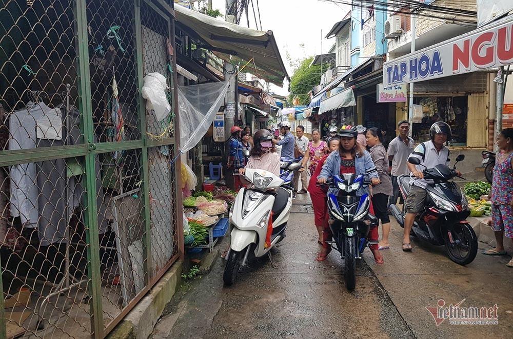 Nữ trưởng công an phường ở Cần Thơ giằng co với người đi chợ