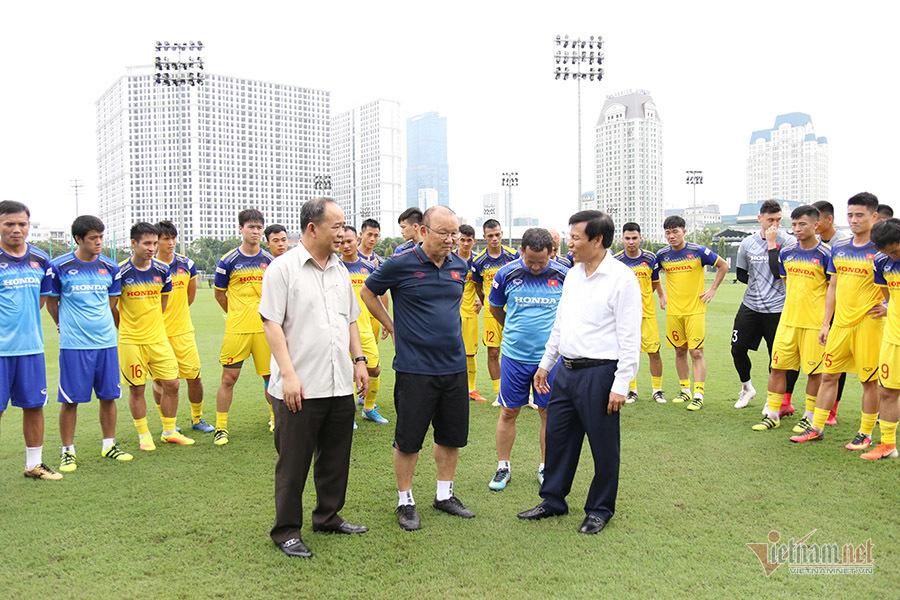 Tuyển Việt Nam tập kín như Thái Lan, Bộ trưởng đứng chờ gặp thầy Park