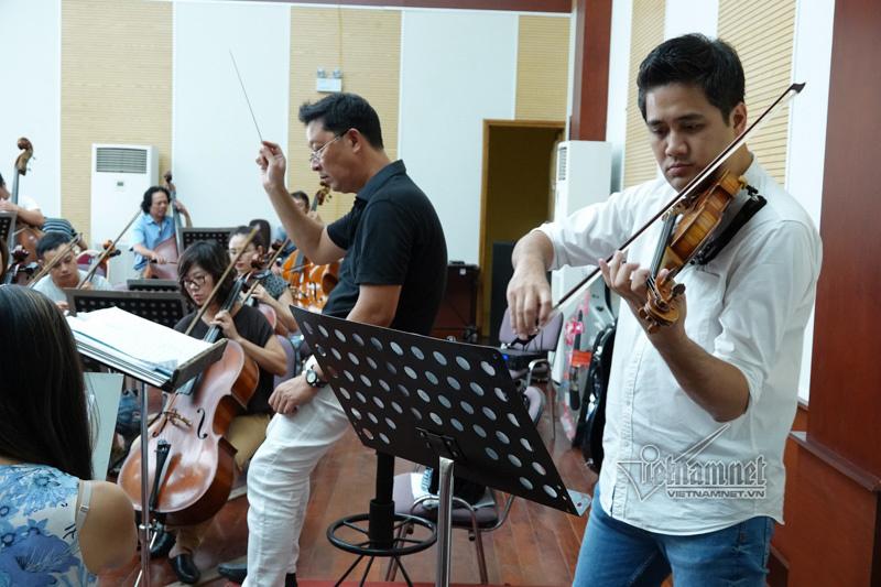 Dàn nhạc, hợp xướng và các ca sĩ tập xuyên trưa cho Điều Còn Mãi