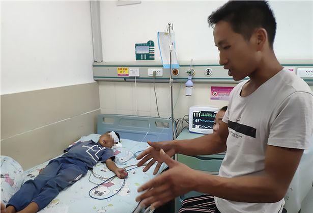 Bé trai ho ra máu vì đỉa thò thụt trong khí quản