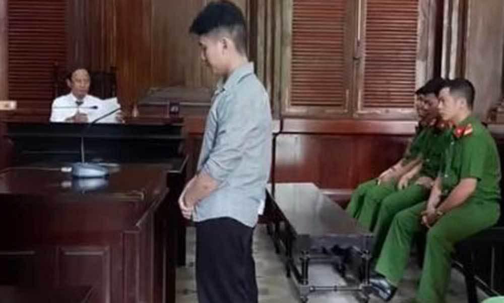 Đâm chết tài xế xe cứu hộ ở Sài Gòn, ra tòa 2 anh em ủ rũ, sợ hãi