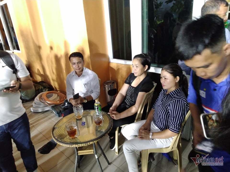Tuyển Việt Nam khổ vì 'ông trời', bố mẹ Quang Hải sốt ruột chờ con