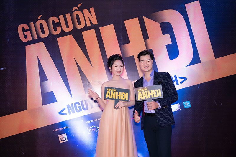 Á hậu Hoàng Oanh mặc váy xẻ cao mừng Á quân Ban Nhạc Quyền Năng ra MV