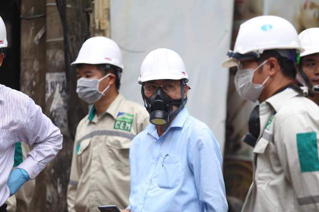 Phó tổng cục trưởng đeo mặt nạ chống độc kiểm tra vụ cháy nhà máy Rạng Đông