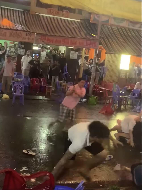Nữ nhân viên cầm mã tấu chém đối thủ vụ hỗn chiến ở phố tây Sài Gòn