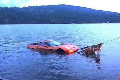 Mất trộm xe thể thao, chủ xe phát khóc vì tìm thấy dưới đáy hồ