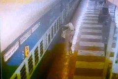Thót tim xem cứu người kẹt dưới đoàn tàu đang chạy