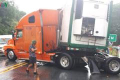 Tai nạn liên hoàn trên cao tốc Nội Bài - Lào Cai, 1 người trên xe Mercedes lâm nguy