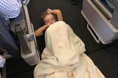 Chuyện cảm động về cậu bé tự kỷ làm loạn trên máy bay