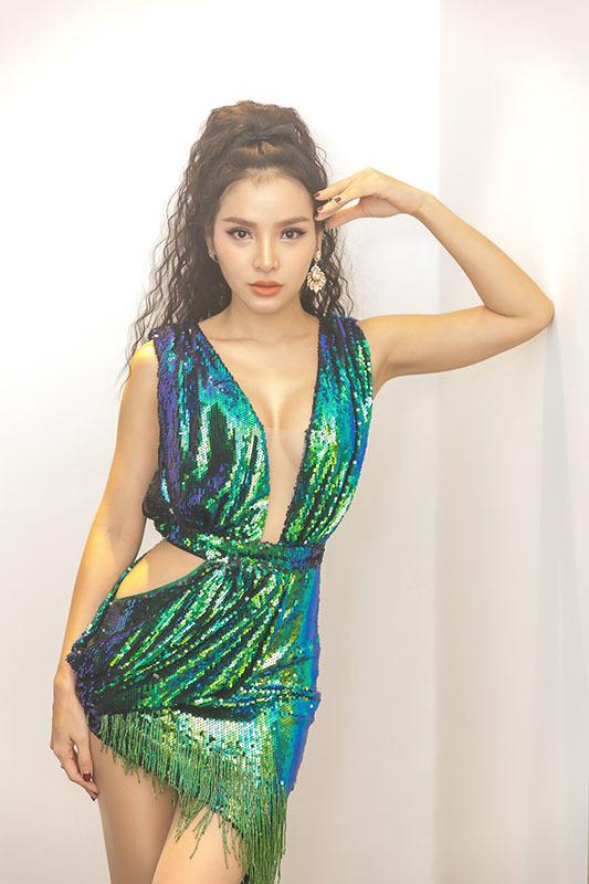Đông Nhi, Phương Trinh Jolie đọ dáng bốc lửa với váy ngắn