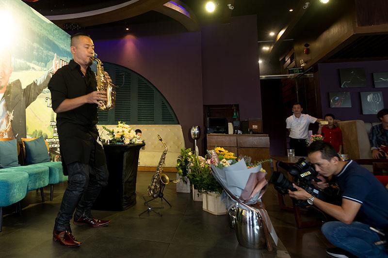 Quốc Tuấn chúc mừng saxophone Lê Duy Mạnh ra MV 'Hello Việt Nam'