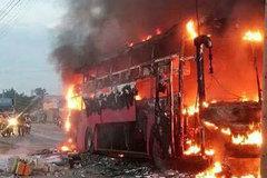 Xe khách chở người đi chơi lễ bốc cháy trơ khung ở Đồng Nai