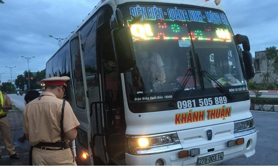 Xe khách 45 chỗ nhồi gần 90 người, tài xế bị giữ bằng lái 4 tháng