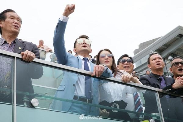 Quách Phú Thành nắm tay thân mật cùng vợ đi xem đua ngựa