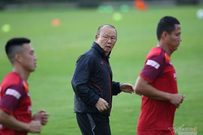 """Thầy Park """"khổ luyện"""" giảm cân, đua thể lực với cầu thủ Việt Nam"""
