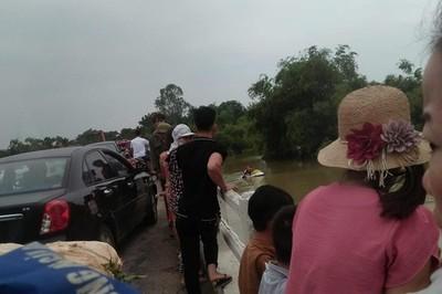 Xe taxi lao xuống cầu ở Thanh Hóa, tài xế và 1 người mất tích