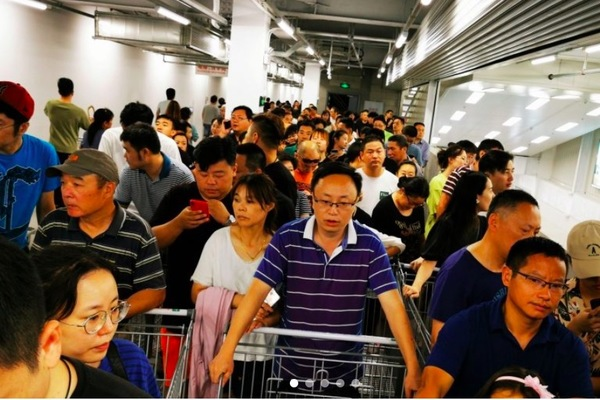 Bất chấp thương chiến, dân TQ xếp hàng từ nửa đêm chờ vào siêu thị Mỹ