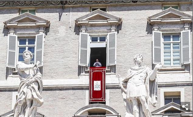 Giáo hoàng kẹt trong thang máy gần nửa tiếng