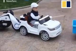 Cậu bé 4 tuổi trổ tài lái ô tô điệu nghệ