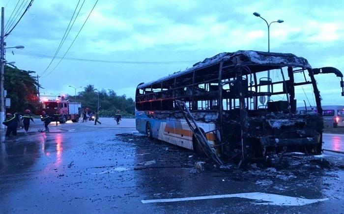 Xe giường nằm cháy trơ khung trên đường cập bến ở Quảng Ngãi