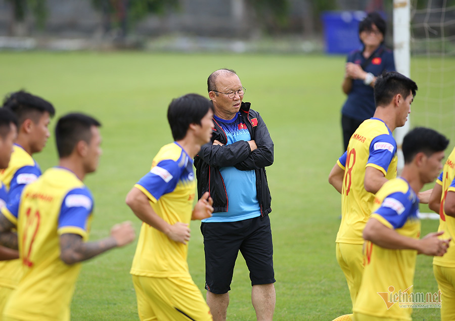 Thầy Park bất ngờ ôm 'người lạ' trên sân tập tuyển Việt Nam