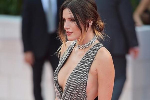 Sao nữ bị chỉ trích vì lộ vòng một trên thảm đỏ LHP Venice