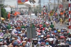 Phà Cát Lái quá tải, nghìn người vật vã trở lại Sài Gòn sau lễ